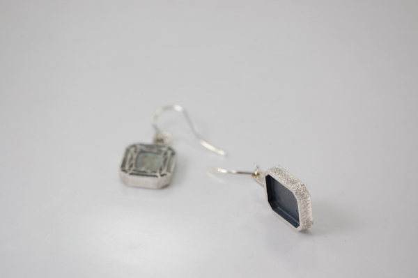 ohrhaenger im oxidierten Silber mit bestechendem schwarz-weiß Kontrast