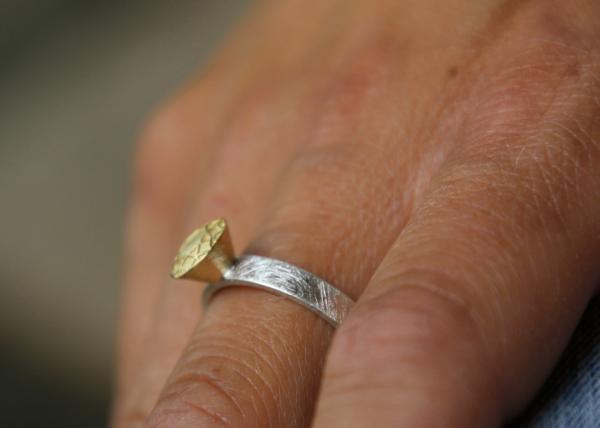 klassischer Verlobungsring neu interpretiert