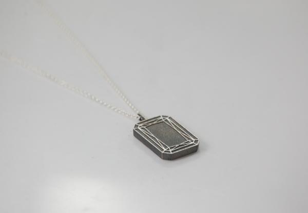 Amulette Emerald Cut aus geschwärtzem Silber 24 x 13 mm