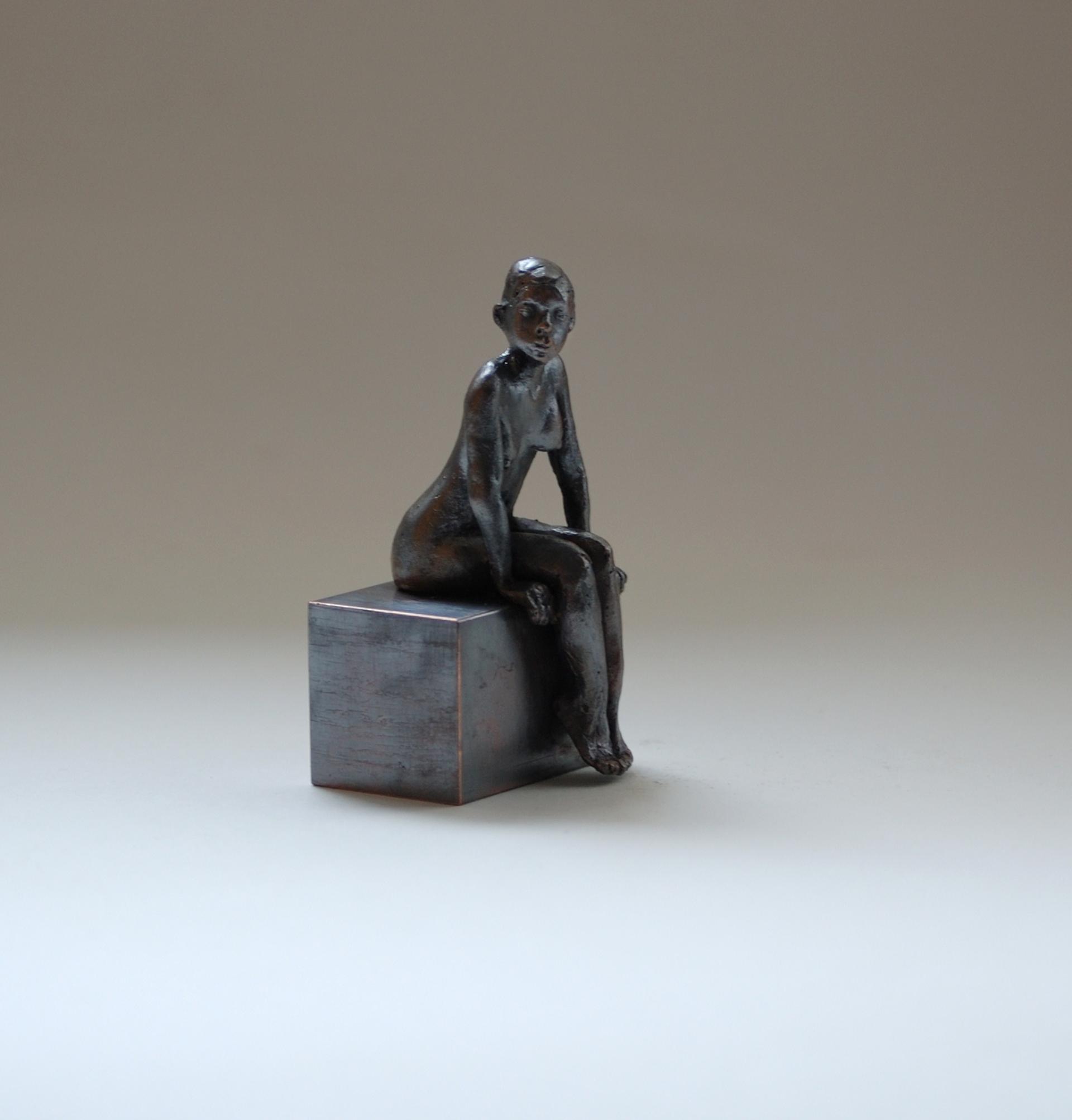 kleine sitzende Frau aus Bronze, dunkel
