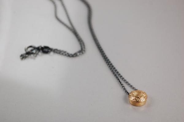 750er Roségoldanhänger an schwarzer Silberkette