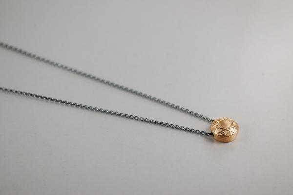 roségold, rund, klein, Brillantanhänger an dunkler Silberkette