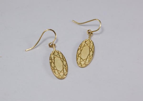 Ovale Ohrringe aus Gelbgold 18ct mit feinem Ornamten eines Edelsteinschliff oval