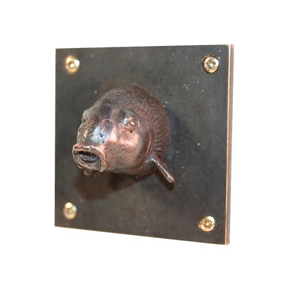 Fischskulptur, der Karpfen, der meist verzehrte Fisch deutschlands, hier als kleine Bronzeskulptur