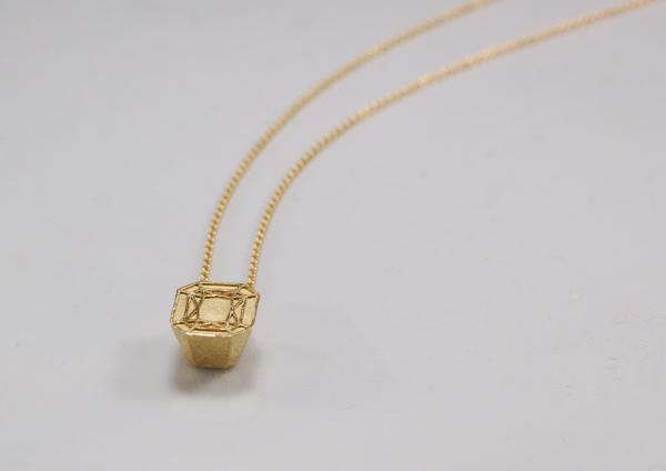 Anhänger aus Gold, achteckig und klein an goldener Ankerkette