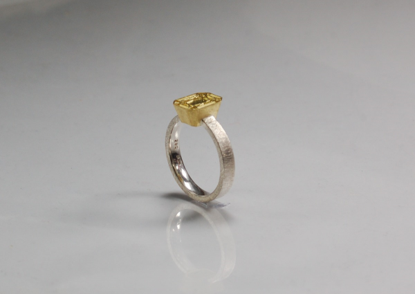 eckiger, schmaler Ring aus Gold und Silber