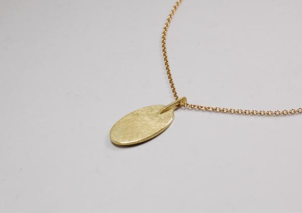goldanhänger mit besonderer Aufhängung, statt einer Öse, durch die die Kette läuft, ist hier ein Stegvon CUTschmuck designt