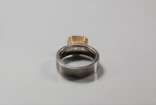 breiter Silberring oxidiert, mit eckigem Gold Aufsatz