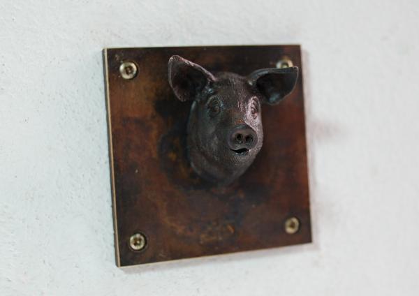 kleines schweinchen sieht frech in die Welt, Skulptur für die Wand oder auf als Schild für Haustür