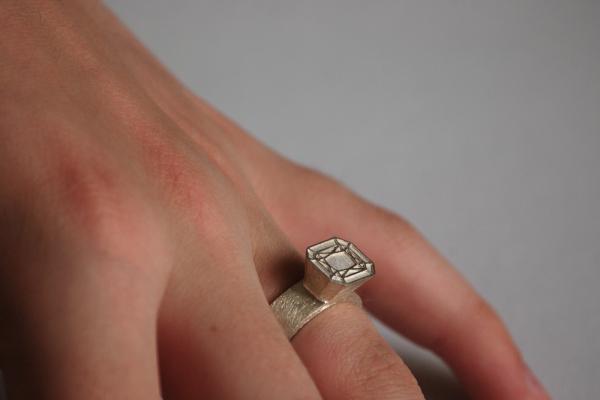 Ob als Ring für Mann oder Frau, Ring Emerald Cut getragen