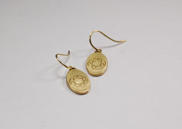 Ohrringe aus 750 Gelbgold, ovale Form ist kombniert mit einem runden Muster. Das Muster ist das Abbild des Brillantschliffs