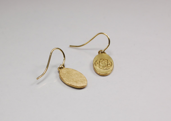 Ovale Ohrringe aus Gold von vorne und hinten.
