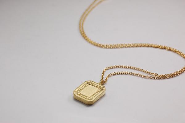 Goldanhänger in Form des Emerald Cut, auch genannt klassischer Smaragdschliff, Design ist klar und sinnlich zugleich