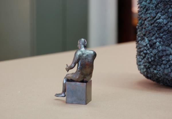 ein schöner Rücken kann auch entzücken, Rückseite eines Akts aus Bronze, Kleinskulptur eines nachkten Mannes