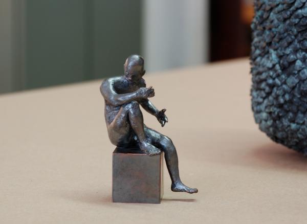 männlicher Akt sitzend, kleine Skulptur aus Bronze modeliert von David Dott