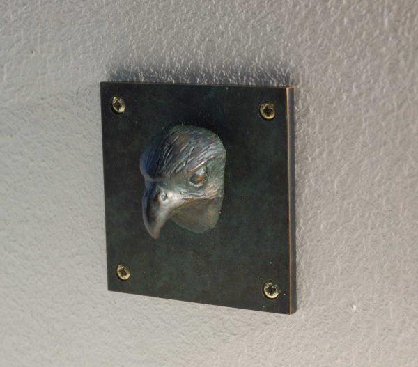 Falke-Tierkopf aus Bronze auf 5x5cm großer Platte