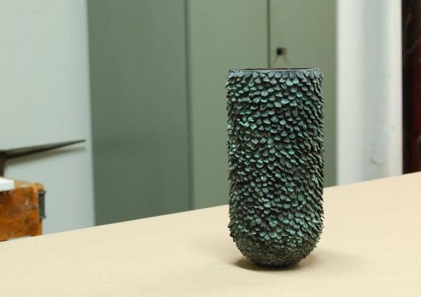 ausgesuchte Gefäße aus Bronze mit grüner Patina für exquisten Wohnstil