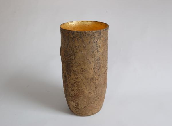 Auch Formal hat David Dott für eine Besonderheit gesorgt. Er hat dem elegant und perfekt geformten Gefäße eine kleine Ausbuchtung verpasst. Diese verleiht der in sich ruhigen und gleichmäßigen Form eine ganz eigenwillige Aussage.