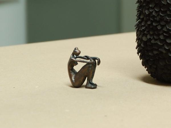 kleine Bronzeskulptur einer Frau mit ausdrucksstarken, langen Gliedmaßen, aus Bronze