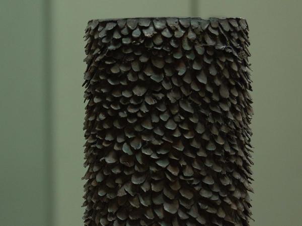 Gefäß aus Bronze, welches ruhig und archaisch da steht von der Künstlerin Anne Fischer