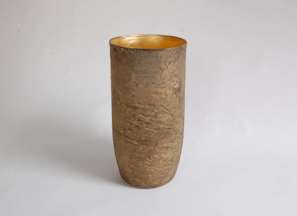 Das goldene Gefäß von David Dott ist etwas ganz Besonderes. Gefäße die im Bronzegussverfahren gegossen werden sind in der Regel dickwandiger. Dieses Gefäß ist für seine Größe sehr fein gegossen.