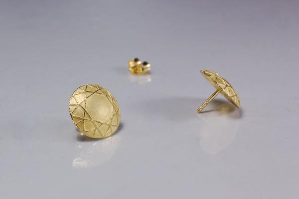 Goldohrstecker, in runder Form mit feiner Linienzeichnung