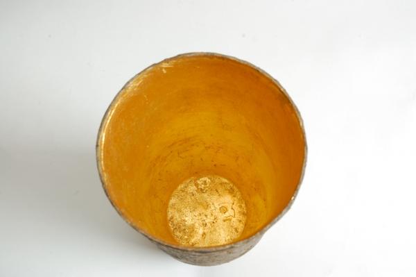 . Man sieht also wie schön das Gefäß aus dem Guss kam. Innen hat er es mit 24ct Blattvergoldet.