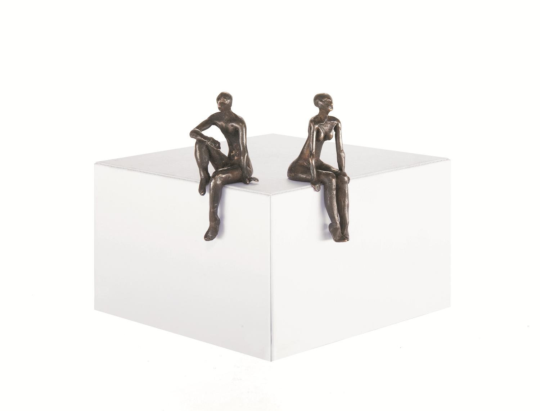 5cm kleine figuren, Mann und Frau sitzen an der Kante und schweifen in die Ferne