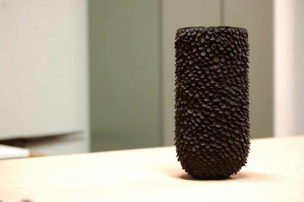 die Oberfläche des schwarzen Bronzegefäßes strahlt den meditativen Prozess der ausarbeitung der Oberfläche wieder