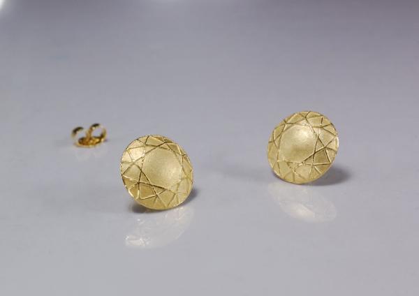 golden Ohrringe mit ausdrucksstarker Größe