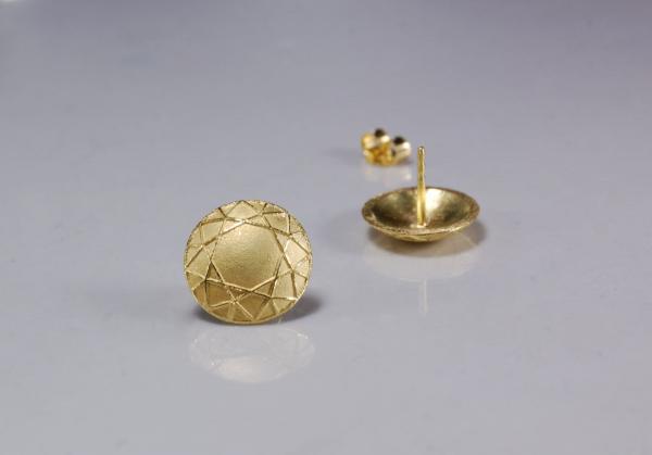 Mit 14 mm haben die goldenen Ohrstecker eine ausdrucksstarke und entschlossene Größe