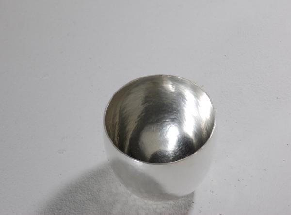 Silberbecher geschmiedet. Das Silber reflektiert Licht