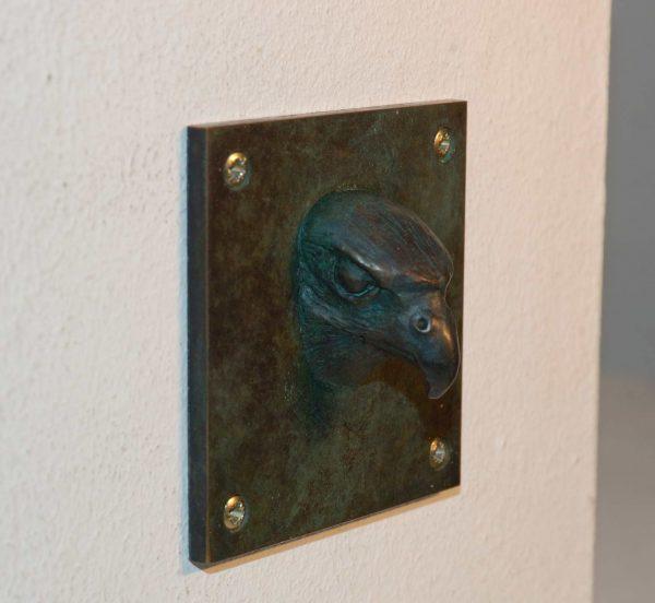 kleine Suklptur, Tierkopf Falke aus Bronze