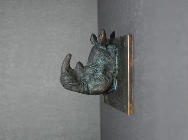 Die kleine Wandskulptur des Nashorns hat David Dott sehr detailliert in Wachs modelliert und anschließend in Bronze gegossen.