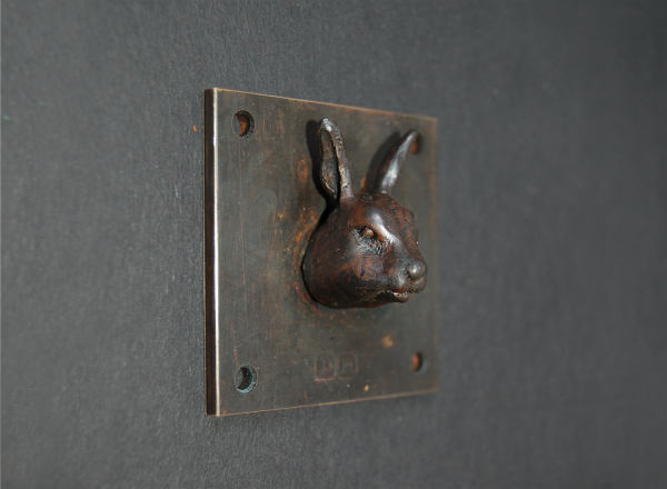 Kaninchen Skulptur, brauner Kaninchekopf auf 5 x5 cm großer Platte