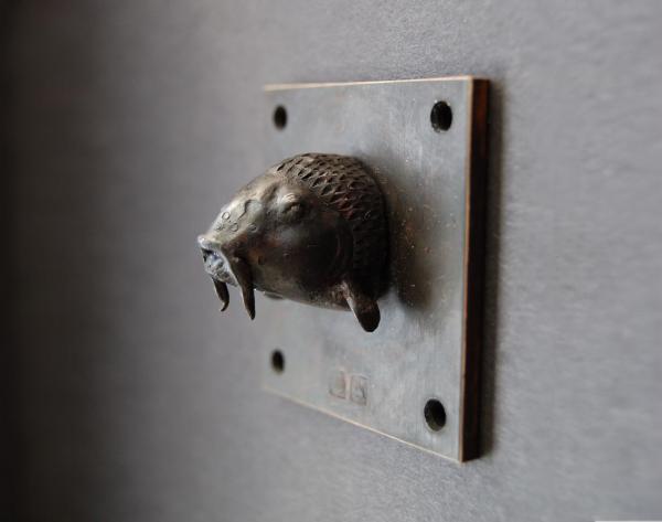 kleine Karpfen kopf Skulptur