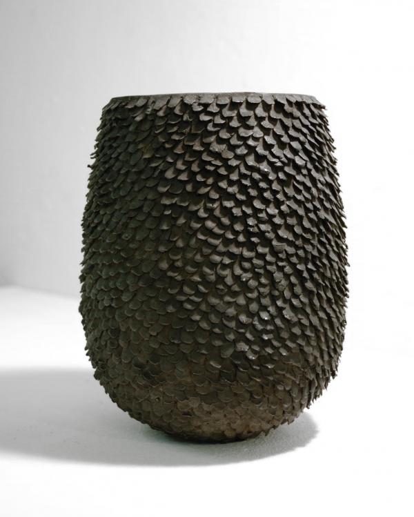 leicht bauchiges Objekt aus Bronze mit meditativer Ausstrahlung