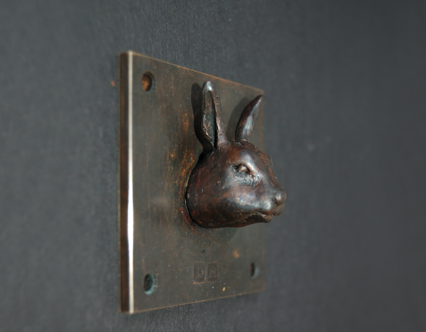 Hase oder Kaninchen? Es ist ein Kaninchen, hier als Kleinskulptur aus Bronze