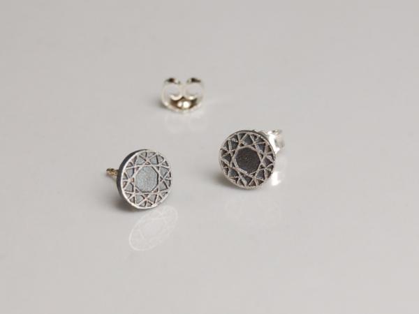 kleine, runde Ohrringe aus geschwärztem silber mit hellem Linienmuster