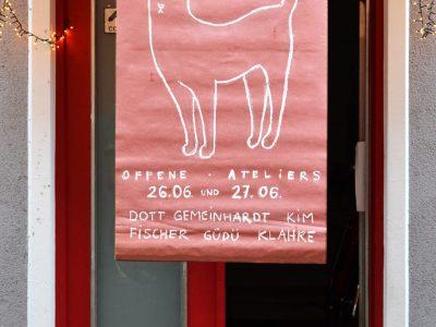 Atelierhaus in der Galgenhofstraße 46 Rg Plakat mit gezeichneter Katze und den Namen der Künstler Fatma Güdü, Kai Klahre, Anne Fischer, David dott, Jan Gemeinhardt, Sejin Kim