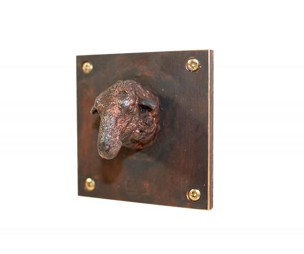 Schaf Kleinskulptur aus Bronze. Schafskopf aus Bronze auf einer 5 mal 5 centimeter kleinen Platte. Als Skluptur für die Wand